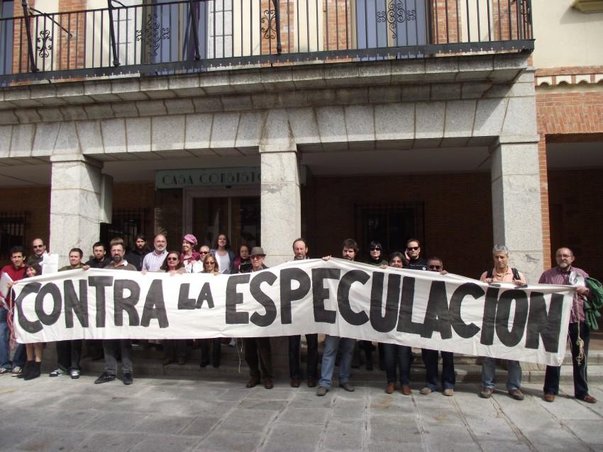"""Imagen frente al ayuntamiento de Las Rozas con pancharta """"Contra la especulación"""""""